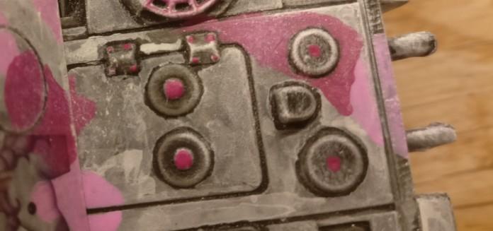 Auf dem Heck sind neben ein paar Nieten auch ein paar Details mit Magenta betupft worden.