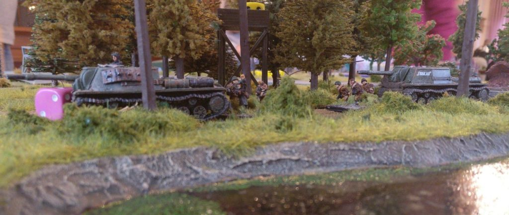 Die beiden SU-152 im Einsatz in Shturmigrad.