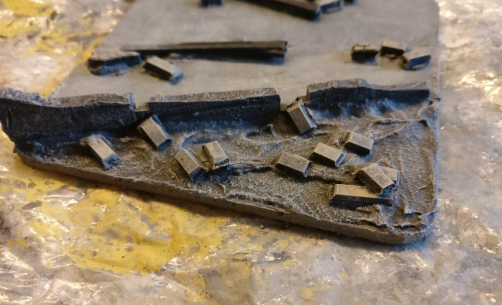 Erste Arbeiten an den Grundmauern und den dahinter liegenden Trümmer- und Schuttfeldern.