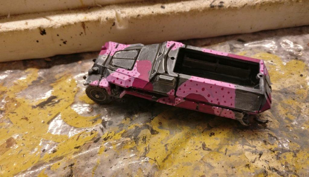 Ein beginnender Hinterhalttarnanstrich in Pink/Magenta.