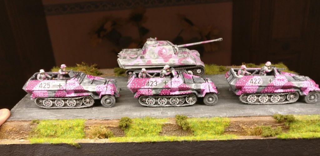 Fertig! Die drei Sd.Kfz. 251/1 Ausf. C vor dem Pink Panther.