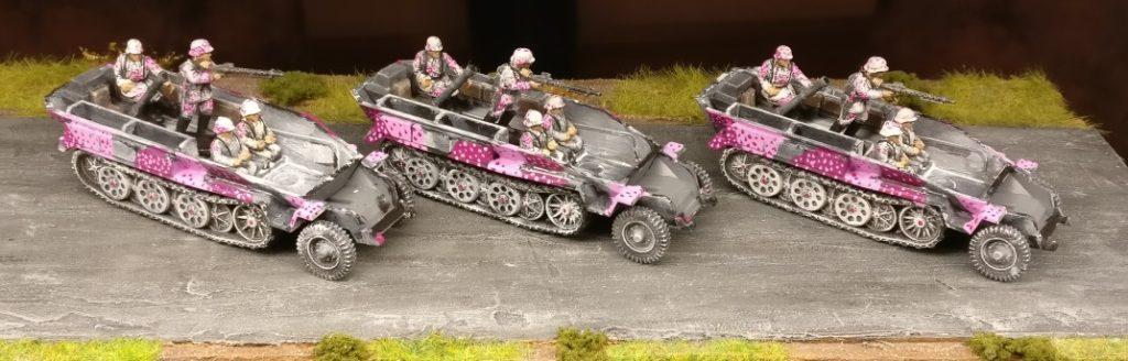 Hier die Schützenpanzerwagen mit abgenommenem Oberteil des Korpus.
