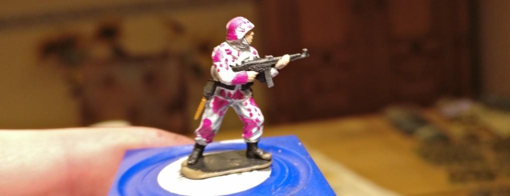 Vor vorne macht er sich schomma nicht schlecht. Die Kampfsau stammt aus dem Italeri Set 6068 German Elite Troops.