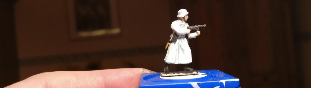 Ebenfalls aus dem Italeri Set 6068 German Elite Troops stammt dieser Mantelträger mit Maschinenpistole.