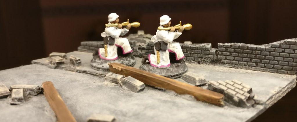 """Zwei Panzerfaust-Schützen der 30 Pink Warriors. Statt dem tristen Dunkelgelb haben wir das freundlichere """"Gold"""" verwendet."""
