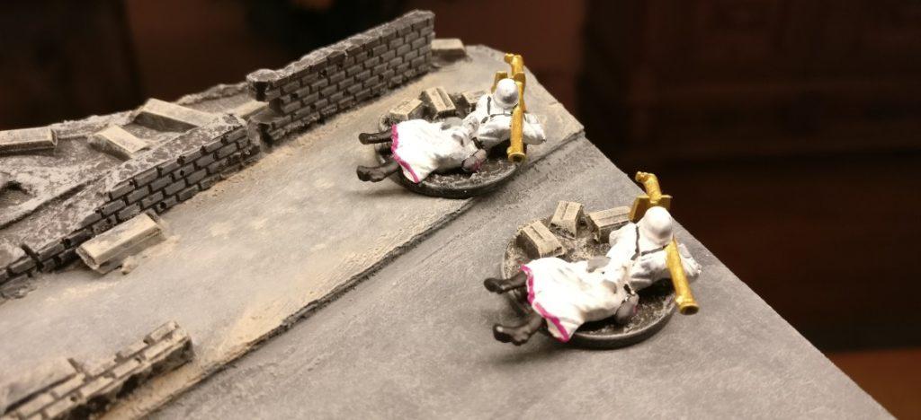 """Zwei PanzerschreckSchützen der Pink Warriors. Auch hier haben wir statt Dunkelgelb """"Gold verwendet."""