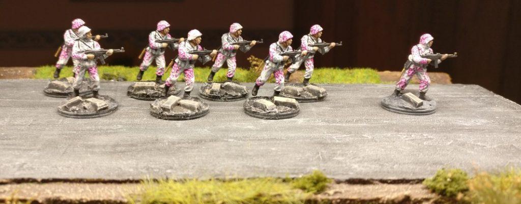 """Der zweite Trupp mit Eichenlaubtarn """"Pink Unicorn"""". Pink Warriors aus dem Italeri Set 6068 German Elite Troops."""
