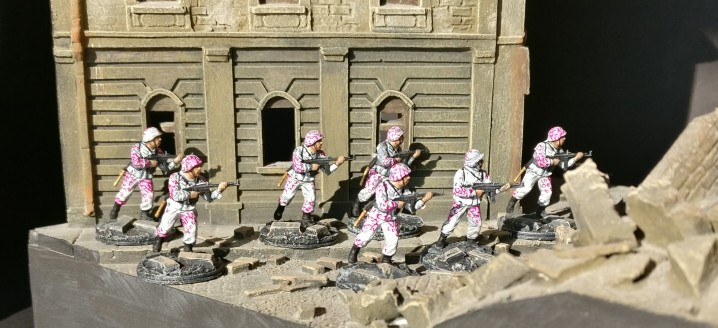 Trupp #1 aus dem Italeri Set 6068 German Elite Troops vor historischer Kulisse.