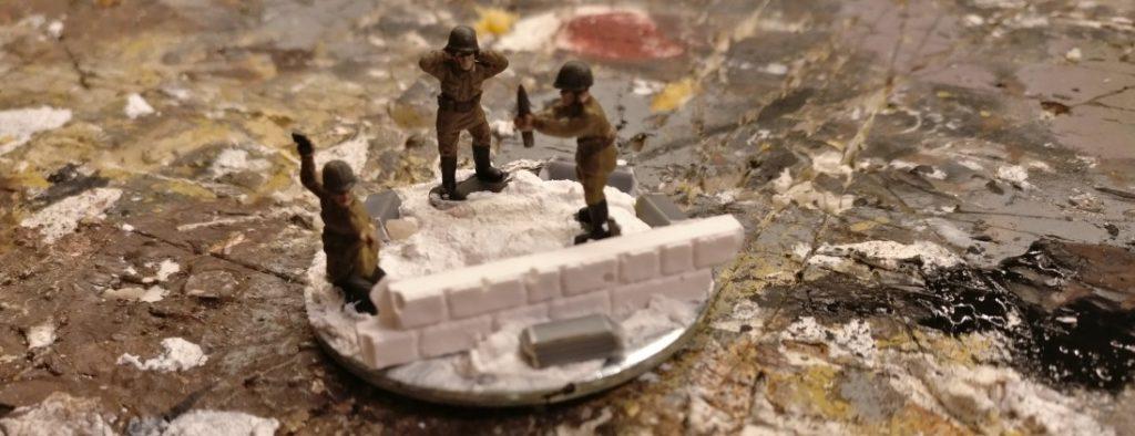 Hier die rohe, jedoch bereits gestaltete Base mit den Figuren der Bedienmannschaft des Granatwerfers aus dem Set Plastic Soldier Russian Infantry Heavy Weapons (WW2015004)