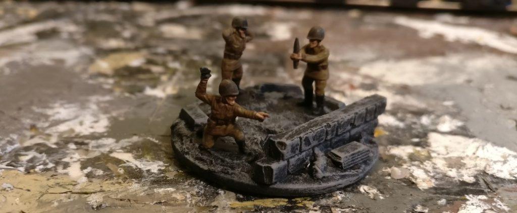Der erste Grauton ist aufgetragen. Die Figuren aus dem Set Plastic Soldier Russian Infantry Heavy Weapons (WW2015004) heben sich bereits gut ab.