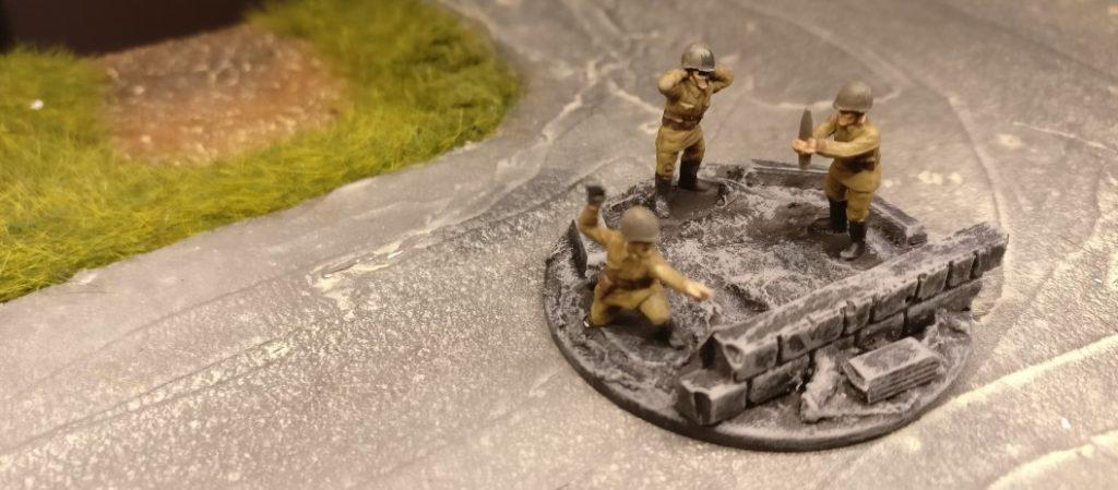 """Done. Die Bedienmannschaft aus dem Set Plastic Soldier Russian Infantry Heavy Weapons (WW2015004) ist """"betriebsbereit""""."""
