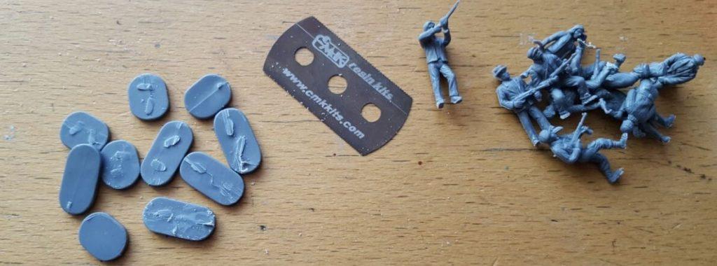Von den Figuren entfernt Max die Sockelplatten mit Rasierklinge und Bastelmesser.