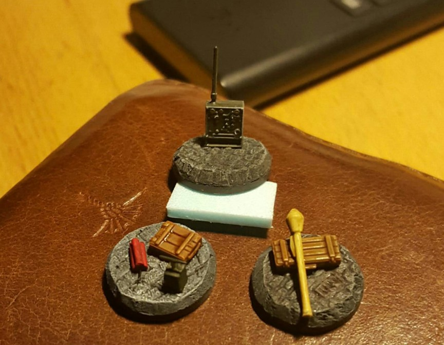 Neben Panzerfaust und Funkgerät liegt auch ein wenig Dynamit bereit.