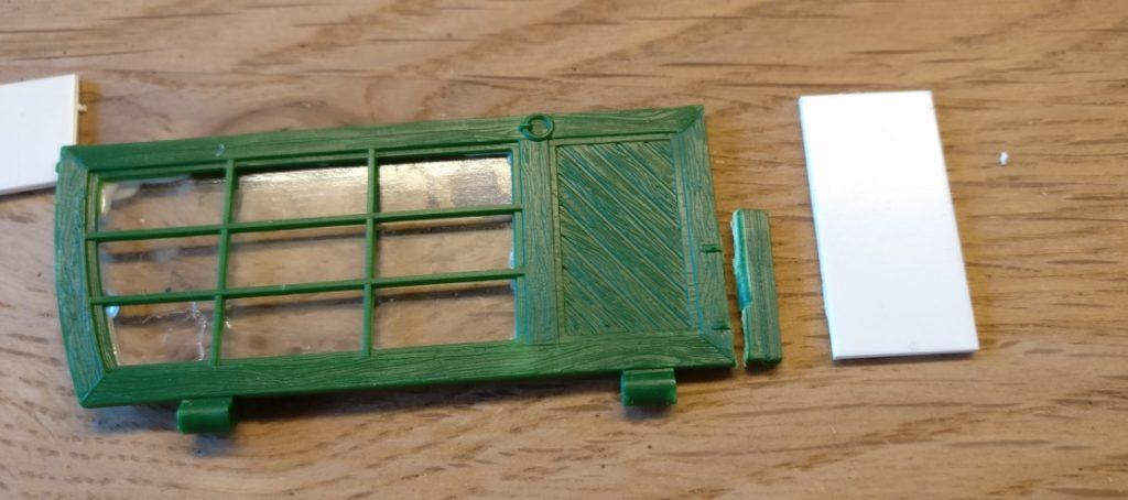 Die Torflügel werden etwas verkürzt, da das unterste Plastiksegment nicht über die gesamte Torbreite geht.