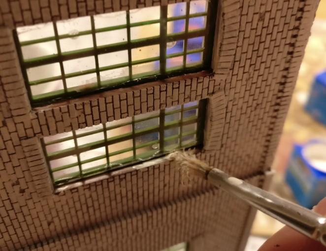 Einige Arbeit bereiteten auch die Detailarbeiten. im Fensterbereich. Der hier bemalte Streifen der Fensterzarge ist etwa einen Millimeter breit. Es war eine irrsinnige Fitzelarbeit.