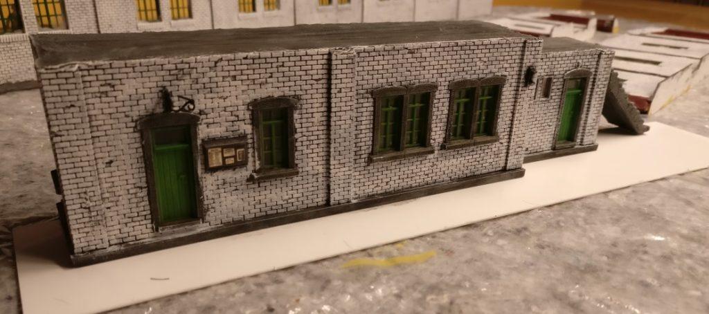Auch der Maschinenleitstand erhält eine weiße Ziegelmauer.