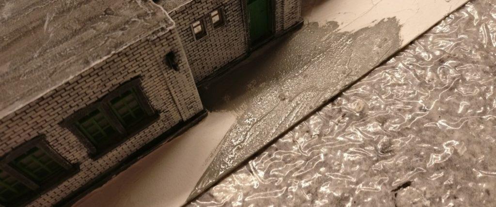 Die Ssockelplatte des Maschinenleitstandes wird in mehreren Arbeitsgängen der Oberfläche des Hallenbodens angeglichen.