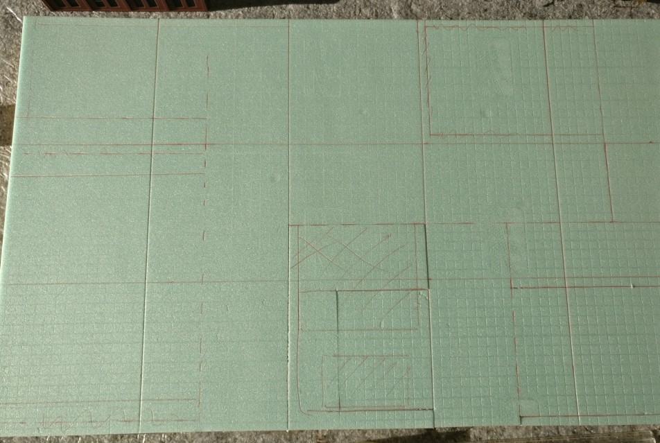 Auf dem Stück Trittschalldämmung sind alle Konturen eingezeichnet. Nun kann das Ausschneiden der Fundamente und Straßen beginnen.