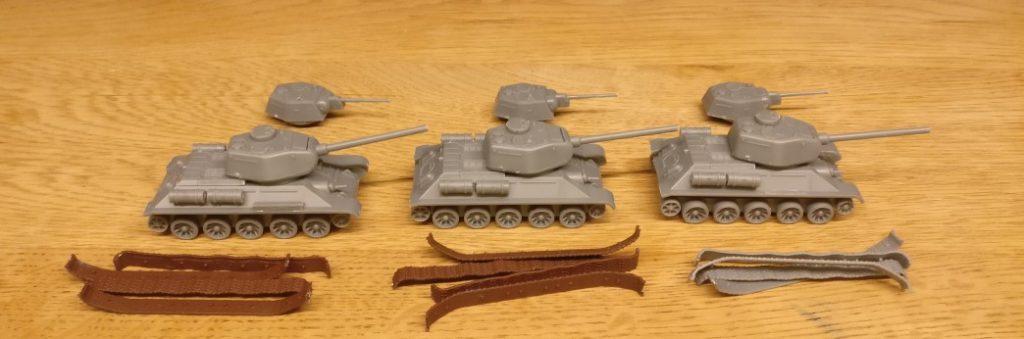 Die T-34 nach der Montage und vor der Bemalung. Das Wannenoberteil ist nur aufgelegt. Für die Bemalung wird es wieder abgenommen.