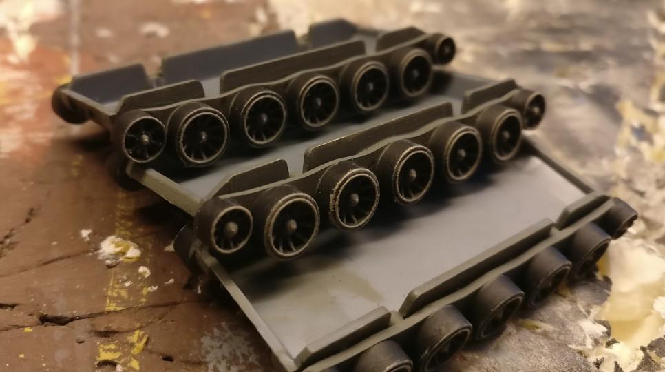 Die Laufräder der T-34/76 & 85 von PSC kriegen nochmal ein Trockenbürsten mit dem härter kontrastierenden Beige ab. Jetzt knallen die Kanten ein bisschen.