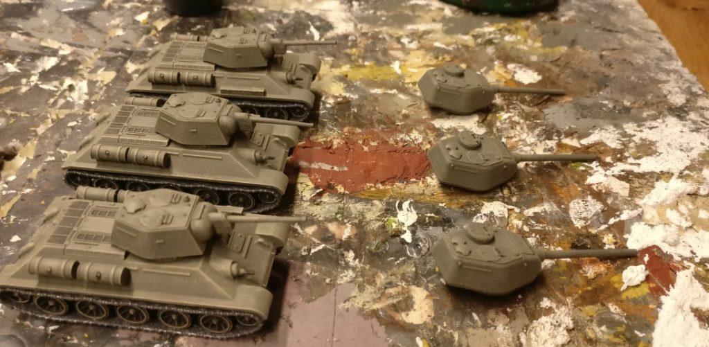 Der T-34/76 von Plastic Soldier Company. Hier mal mit dem kleinen Turm. Die Türme wechseln zu können, spart Geld, weil man für Early- und Late-Spiele die gleichen Modelle hernehmen kann.