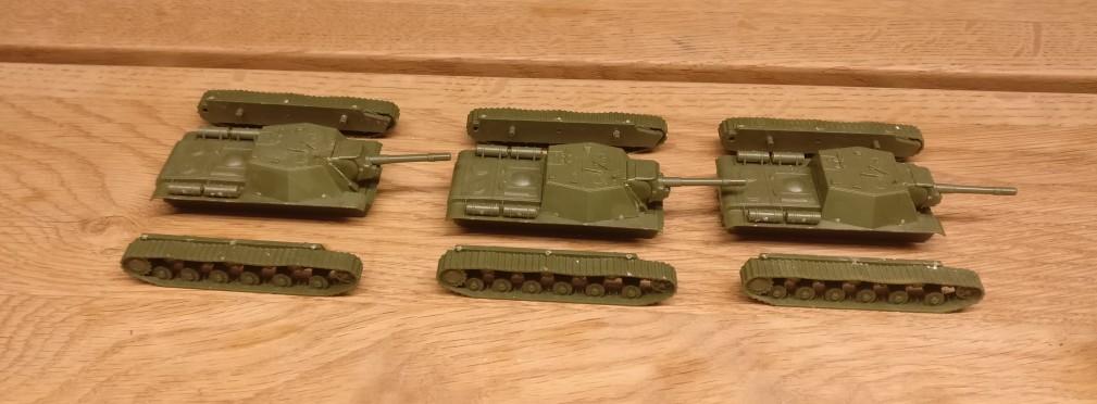 Die drei SU-152 von Zvezda nach der Montage. Die Laufwerke sind noch nicht montiert. Dies erfolgt nach der Bemalung in der Endmontage.