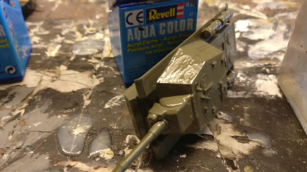 Im nassen Zustand sieht der Farbauftrag (mit dem Pinsel) recht streifig und dick aus. Interessanterweise trocknet die Farbe auf dem SU-152 von Zvezda als sehr dünne Farbschicht aus, die zudem noch ihre Streifigkeit verliert. Die Oberfläche ist glatt wie ein Kinderpopo.