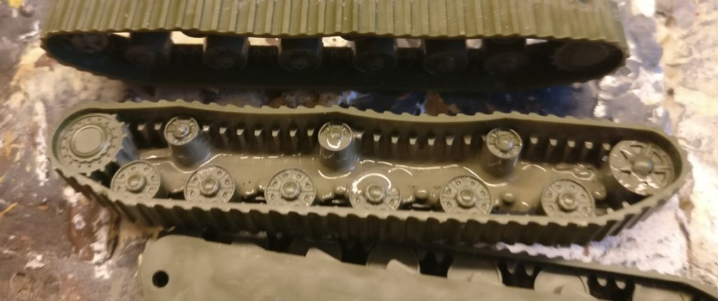 Die Laufwerke der SU-152 Sveroboj von Zevzda sind in einem Teil gegossen. Hier kommt ebenfalls die Grüngrau als Grundfarbe zum Einsatz. Sie wird wieder flächig aufgetragen. Ein Teil der Laufrollen und die Partie der Panzerwanne, welche hinter den Laufrollen sichtbar ist, benötigen diese Farbe.