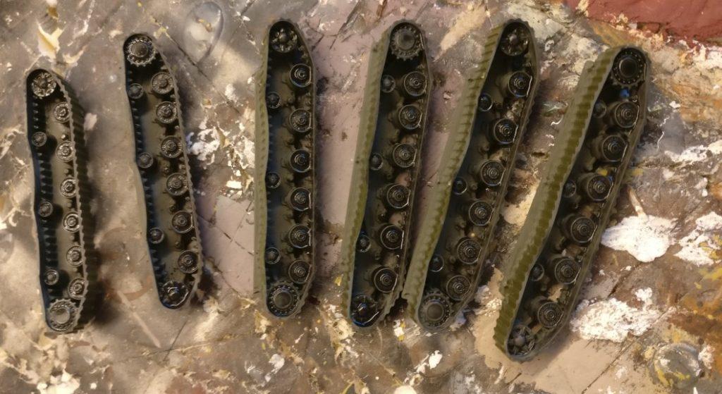Die Laufwerke - vor allem die Laufrollen und Treibräder) erhalten einen Black Wash. Der soll die tiefer liegenden Stellen mit einem Schatten versehen.