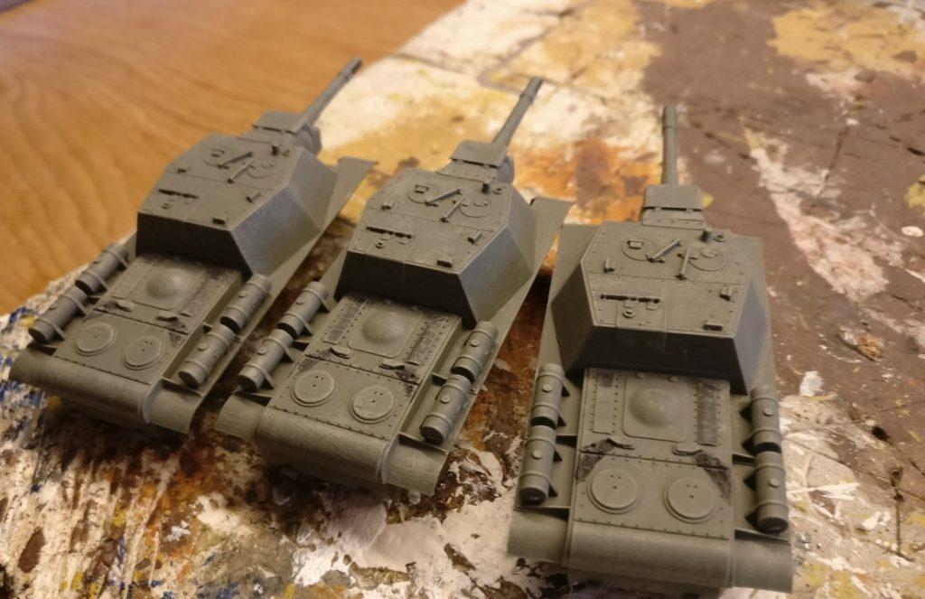 Auch der Rumpf der SU-152 wird mit Helloliv trockengebürstet. Damit wird vor allem die Oberfläche des ursprünglich sehr gleichförmigen Farbauftrags mit Grüngrau unruhiger und unregelmäßiger.