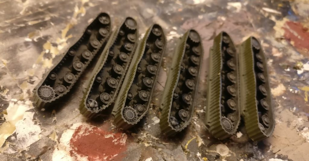 Nun kommt das Bestreichen der Rundungen der Rollen und Räder des Laufwerks mit einem verdünnten Schwarz zur Imitation der Gummibeläge.