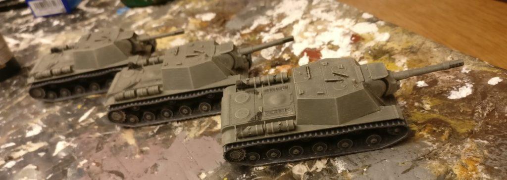 Der Aufbau der SU-152 von Zvezda wird auch mit der Beige trockengebürstet. Vor allem die Kanten - von denen das SU-152 mehr als genug hat - werden durch das Trockenbürsten gut hervorgehoben.