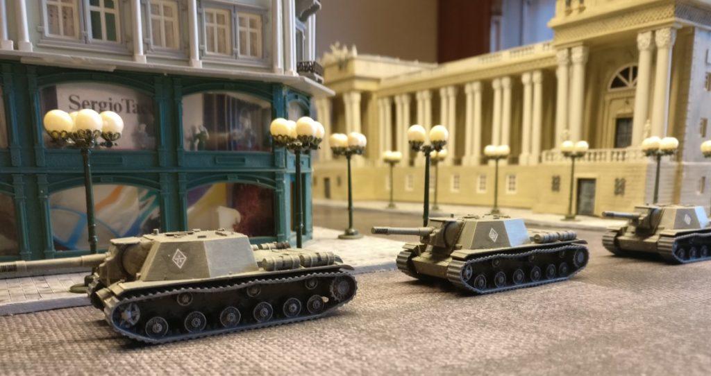 Die SU-152 von Zvezda erhalten noch Decals. Die Decals stammen allerdings von anderen Bausätzen, da Zvezda seinen Bausätzen offenbar keine Decals beilegt.