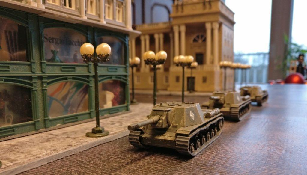 Hier zieht die Horde SU-152 durch die Straßen von Königsberg.