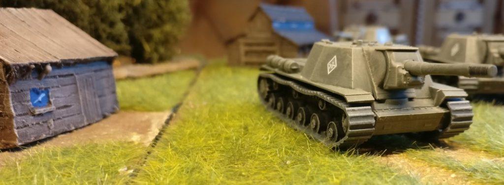 Wuchtig und gedrungen ziehen die SU-152 von Zvezda hier durchs Feld.