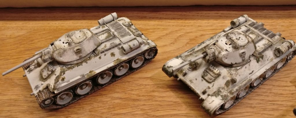 Die beiden Vorbilder für meine Bemalaktion: Die T-34/76 vom StoI. Die Farbabplatzer und Beschädigungen der beiden T-34 haben mich inspiriert.