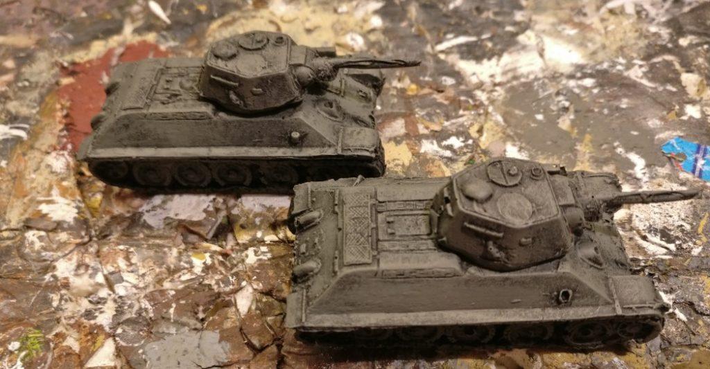 Der Vorteil des Trockenbürstens gegenüber dem flächigen Bemalen ist das strukturgebende Durchscheinen des schwarzen Untergrunds. Es erspart den dunklen Wash und der T-34/76 aus Resin erscheint sogleich detailreicher.