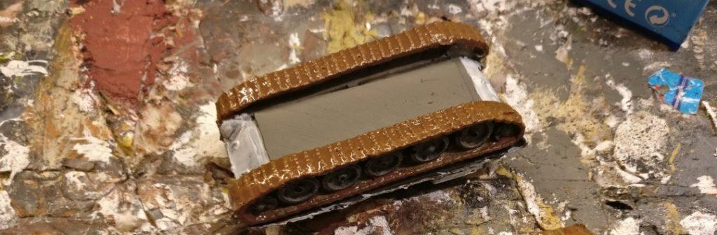 Nach dem Trocknen der Revell Aquacolor dark Earth ziehe ich eine Lasur aus Revell Aquacolor Lederbraun über die Panzerketten. Auch zwischen den Laufrädern - also innen im Laufwerk - gehe ich mit der Lasur drüber.