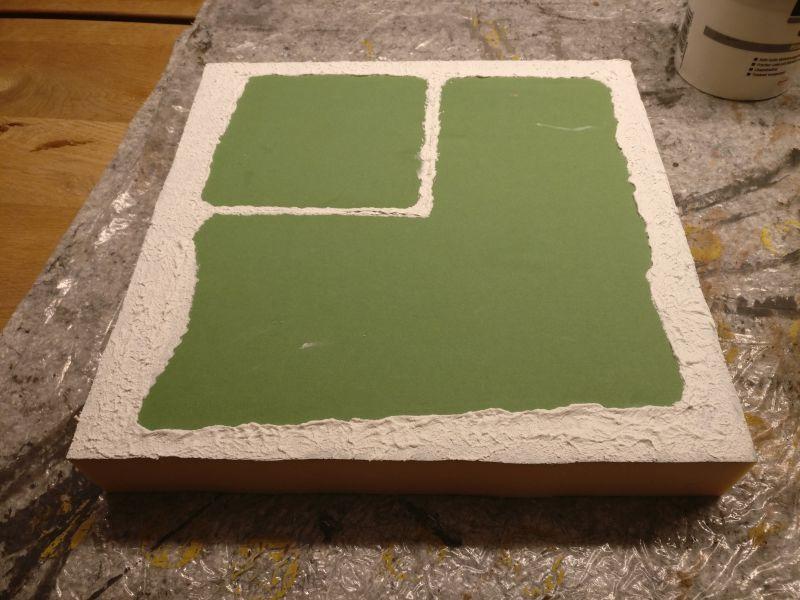 Umgebendes Erdreich und Dämme sind mit Strukturpaste gelegt. Der Karton wurde mit PONAL festgeklebt.