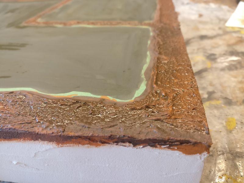 Nahaufnahme zur Wasseroberfläche. Der Glanzlack wird später das Gelboliv in Wasser verwandeln.