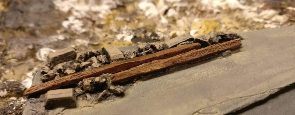 Hier die Holzbalken im Schutt.