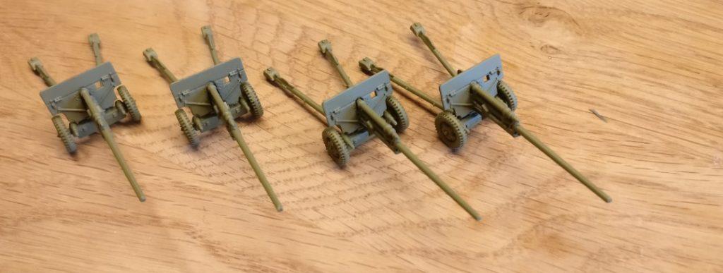 Die vier Paks aus dem PSC 15mm WW2 Russian ZiS 2 Anti Tank Gun (WW2G15002) löste ich von der Sockelplatte ab, um sie für sich zu bemalen und später wieder auf die neue Base aufzusetzen.