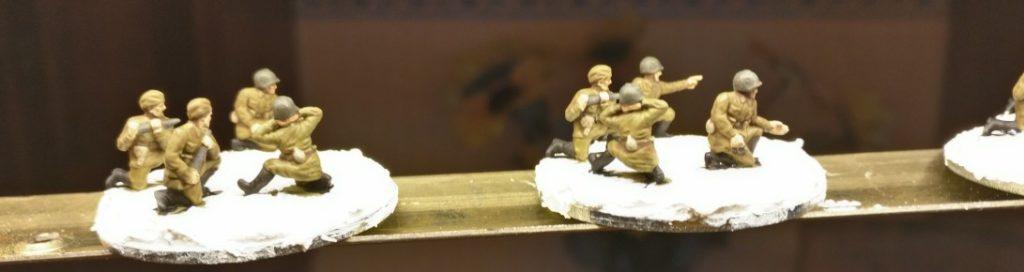 Blick aus der Nähe auf die frisch basierten und noch nicht getrockneten Minis aus dem Set PSC 15mm WW2 Russian ZiS 2 Anti Tank Gun (WW2G15002)