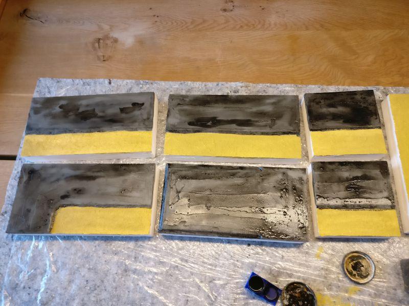 Die Straßensegmente erhalten als erste den Black Wash auf die mausgraue Grundierung.