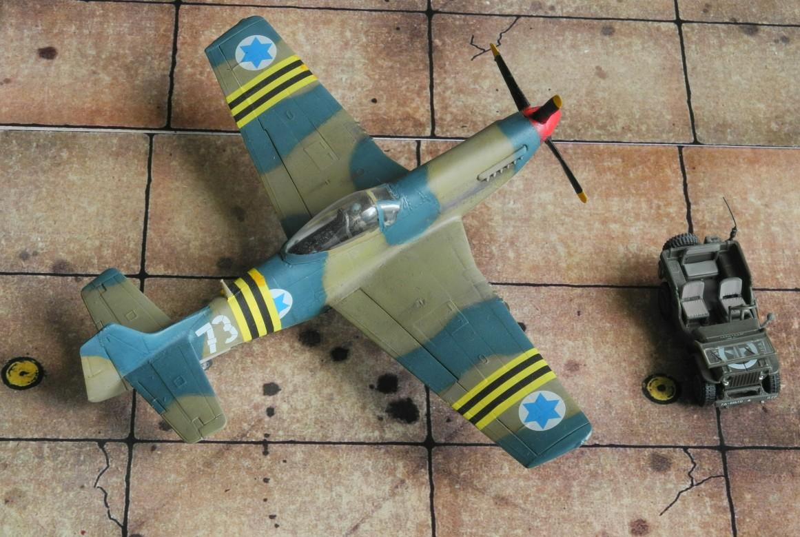 Die israelischen Flugzeuge im Suezkrieg trugen überwiegend einen Tarnanstrich in khaki und blaugrau, was durch den Kontrast eher wie grün wirkt.