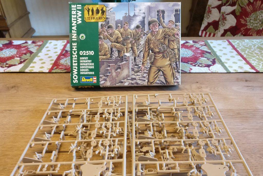 Die 30. Schützendivision der russischen 9. Armee noch unbemalt in der Schachtel des Revell Set 02510 Soviet Infantry