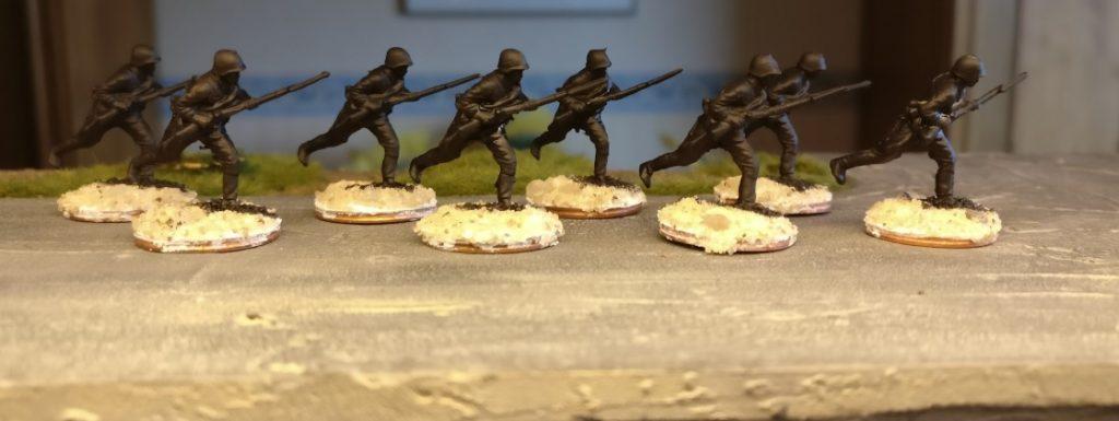 Hier die acht Figuren aus dem Revell Set 02510 Soviet Infantry nach der Grundierung mit Schwarz.