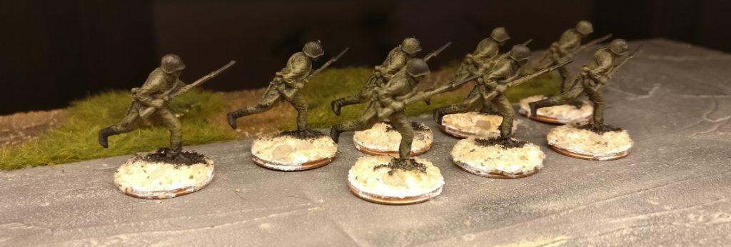 Die acht Rifles aus dem Revell Set 02510 Soviet Infantry nach dem Trockenbürsten mit Revell Aquacolor Khaki.