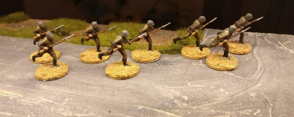 """Hier sind die acht Rifles aus dem Revell Set 02510 Soviet Infantry bereits ziemlich fertig. Auch die Base hat ihre Grundfarbe """"Sand"""" bereits erhalten."""