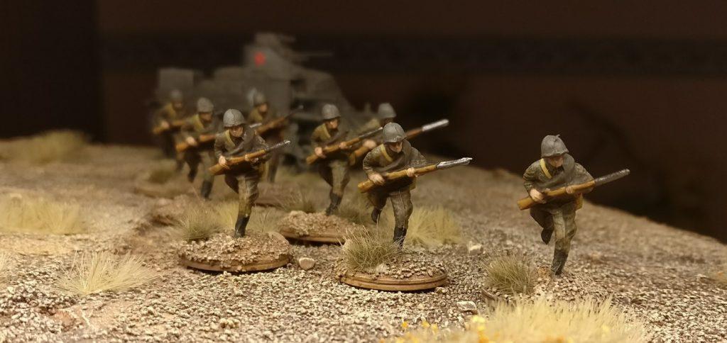 Hinter den Rifles der 30. Schützendivision der russischen 9. Armee  eiert noch ein M3 Lee aus dem Lend-Lease-Programm.